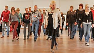 Tanzkurs in der Weißen Wiek bei Marlene Schlebusch © Kurverwaltung Ostseebad Boltenhagen